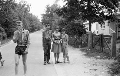 3-05 Een groepje jongeren op de Hoeklaan in Oostvoorne.