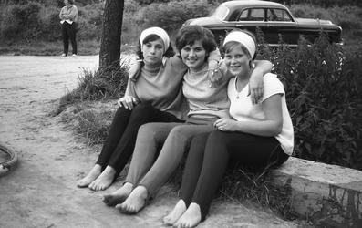 3-06 Drie meisjes poseren op een muurtje op het Kruininger Gors in Oostvoorne.