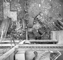 5-02 Afval onderaan een portiekwoning in de Joubertstraat, gefotografeerd vanaf het balkon.