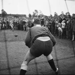 6-02 Onder toeziend oog van het publiek probeert een doelman een penalty te stoppen tijdens de Bondsdag bij voetbalclub ...