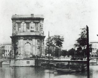 1992-3731 De Delftse Poort vanaf de Coolvest, met op de achtergrond het Hofplein.
