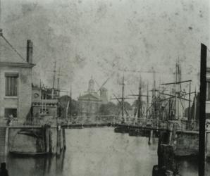 1992-3737 De Oudehaven, links het Zeekantoor, in het midden de Spanjaardsbrug, op de achtergrond het Haringvliet, de ...