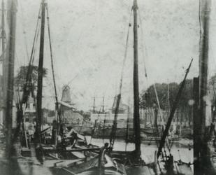 1992-3738 Het Haringvliet.Op de achtergrond links molen de Roode Leeuw.