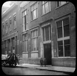 205 Het pand van bakkerij Jansse aan de Volmarijnstraat 114-122 met daarvoor een paard en wagen met zakken meel.
