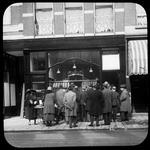 208 Belangstellenden voor de nieuwe bakkerszaak J. Jansse aan de Oude Binnenweg 71