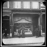212 Twee dames voor de etalage van een vestiging van Bakkerij W. Jansse aan de Van Oldenbarneveltstraat 81b.