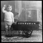 54 Familiefoto uit de collectie van de bakkerijfamilie Jansse. Jozua Jansse (1924-2006) met een miniatuurbakkerskar van ...