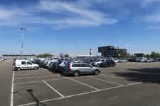135 De parkeerplaats 'Lang Parkeren' van vliegveld Rotterdam-The Hague Airport.