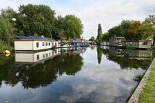 247 Woonboten in het Schiekanaal aan het Gordelpad (rechts) en het Vroesenpad (links).
