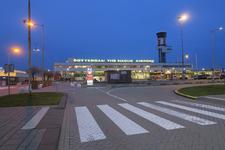 287 Avondopname van het gebouw van vliegveld Rotterdam The Hague Airport.