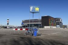 350 Rotterdam in Coronatijd. Een lege parkeerplaats bij de luchthaven The Hague Rotterdam Airport.