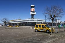351 Rotterdam in Coronatijd. Een lege parkeerplaats bij de luchthaven The Hague Rotterdam Airport.