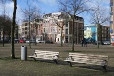 391 Bankje op het Noordplein. Op de achtergrond rechts de Erasmusstraat met een muurschildering van een vis.
