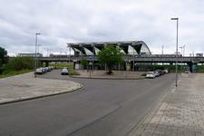 50 Het Schalekampplein en het metrostation van Pernis.