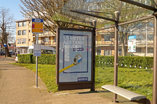 257 Rotterdam tijdens de Coronapandemie. Toepasselijk reclame met een boodschap van bouwmarkt Gamma in een abri bij een ...