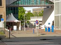 261 Rotterdam tijdens de Coronapandemie. Bij de ingang van het Ikazia ziekenhuis zijn voorzorgsmaatregelen getroffen en ...