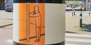 294 Rotterdam tijdens de Coronapandemie. Een sticker op de paal bij een oversteekplaats wijst erop de knop in te ...