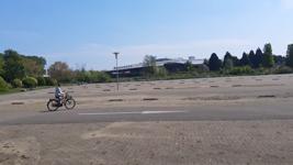 89 Rotterdam tijdens de Coronapandemie. Fietsen op een leeg parkeerterrein van de gesloten Diergaarde Blijdorp.